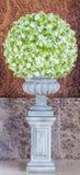 Großer Blumenblumenstrauß in der Vasendekoration in der Hotellobby Stockfotografie