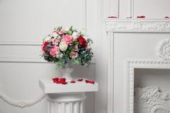 Großer Blumenstrauß von Blumen auf der Spalte Stockfotografie