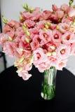 Großer Blumenstrauß von lisianthus stockfotos