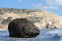 Großer brauner Felsen im Meerwasser stockbilder