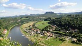 Großer breiter Fluss im Hintergrund eines Berges lizenzfreie stockfotografie