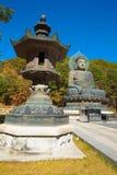 Bronzelaterne in der Front die Buddha-Statue an Seoraksan Tal, Südkorea Lizenzfreie Stockfotos