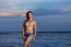 Großer Brunette weibliches vorbildliches At The Beach Lizenzfreies Stockfoto