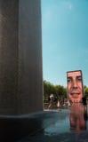 Großer Brunnen auf einer Straße auf Chicago im Stadtzentrum gelegen stockbild