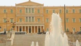 Großer Brunnen in den Syntagmen oder Konstitutions-Quadrat nahe dem griechischen Parlament in Athen stock video footage