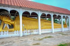 Großer Buddha Schlafenbeitrag im Tempel von Bezirk k Sangkhla Buri stockfotografie
