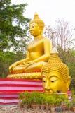 Großer Buddha und Kopf von Buddha-Statue bei Wat Sai Dong Yang Temple Stockbild