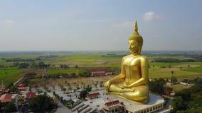 Großer Buddha von Thailand, Luftszene vom Himmel Brummenfliegendiarecht stock video