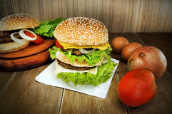 Großer Burger lizenzfreie stockfotografie