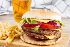 Großer Burger mit Pommes-Frites und Bier stockfoto