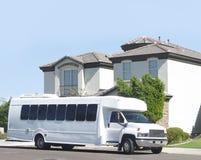 Großer Bus, der vom Haus aufhebt Lizenzfreie Stockfotos