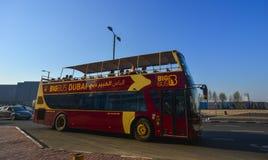 Großer Bus Dubais Hopfen-auf Hopfen-weg stockbild