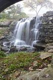 Großer Cedar Waterfall Crossing Stockfotografie