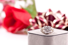 Großer Diamant-Ring lizenzfreie stockfotos