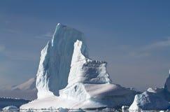 Großer Eisberg an einem sonnigen Sommertag nahe der Antarktis Stockbild