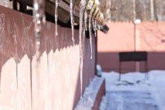 Großer Eiszapfen auf dem Dach Wintertagesselektiver Fokus lizenzfreie stockbilder