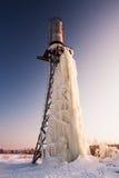Großer Eiszapfen, der vom Waßerturm im Winter hängt. Lizenzfreies Stockbild