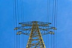 Großer elektrischer Mast mit blauem Himmel lizenzfreies stockbild