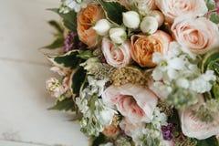 Großer empfindlicher Heiratsblumenstrauß stockfoto