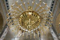 Großer enormer schöner Leuchter in der alten alten Kirche bei Burgas, Bulgarien lizenzfreies stockfoto