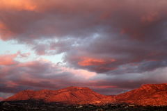 Großer enormer Sonnenuntergang bewölkt sich über den roten Bergen in Tucson Arizona Lizenzfreies Stockbild