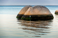 Großer Felsen auf dem Strand Stockbild