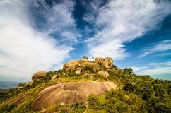 Großer Felsen-Berg (Pedra groß) in Atibaia, Sao Paulo, Brasilien mit Wald, tiefem blauem Himmel und Wolken stockfoto