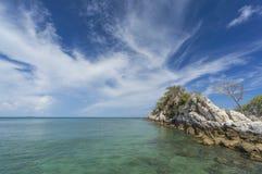 Großer Felsen an der korallenroten Bucht Stockfotografie
