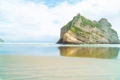 Großer Felsen gelassen nach Alter der Abnutzung - Ufer Wharaiki-Strandes stockbild