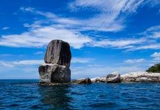 Großer Felsen im Meer Lizenzfreie Stockfotografie