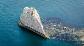 Großer Felsen im Meer an der Küste von Normandie Stockbilder