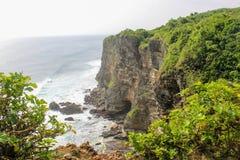 Großer Felsen oder Klippe im Meer Stockbilder