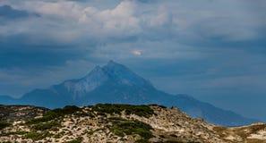 Großer Felsen und Athos-Berg Lizenzfreies Stockbild