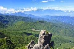 Großer Felsen und Berg Stockfoto
