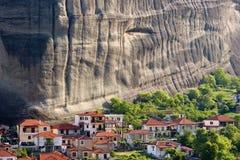 Großer Felsen und kleines vilage stockfotografie