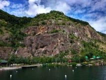 Großer Felsenberg über dem See Lizenzfreies Stockbild