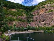 Großer Felsenberg über dem See Lizenzfreie Stockfotos