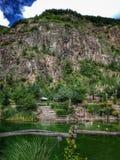 Großer Felsenberg über dem See Stockbild
