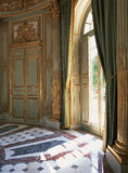 Großer Fenster-, Vorhang- und Marmorboden an Versailles-Palast stockfotografie