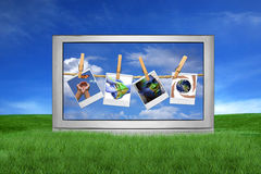 Großer Fernsehapparat draußen mit globalen Ausgaben auf Bildschirm Stockfotos