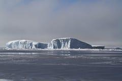 Großer flacher Eisberg im Wasser der Antarktis Stockfotos
