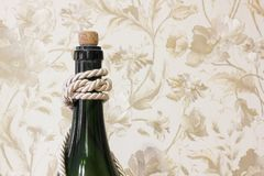 Großer Flaschenabschluß oben Flasche mit Quasten stockfotos