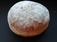 Großer flaumiger Donut über schwarzer Tabelle Süß und geschmackvoll, gerade köstlich! lizenzfreies stockbild