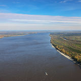 Großer Fluss im Herbst, Draufsicht Stockfotografie