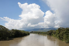 Großer Fluss mit Wolken Stockfoto