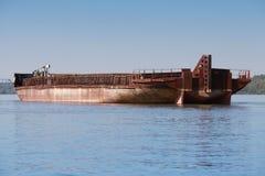 Großer Frachtlastkahn wird auf der Donau verankert Stockfotos