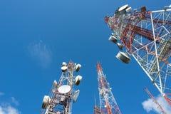 Großer Funkmast drei mit blauem Himmel Lizenzfreie Stockbilder