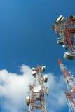 Großer Funkmast drei mit blauem Himmel Stockfotografie