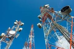 Großer Funkmast drei mit blauem Himmel Lizenzfreie Stockfotos