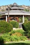 Großer Gazebo im Park - vertikale Ansicht Stockbilder